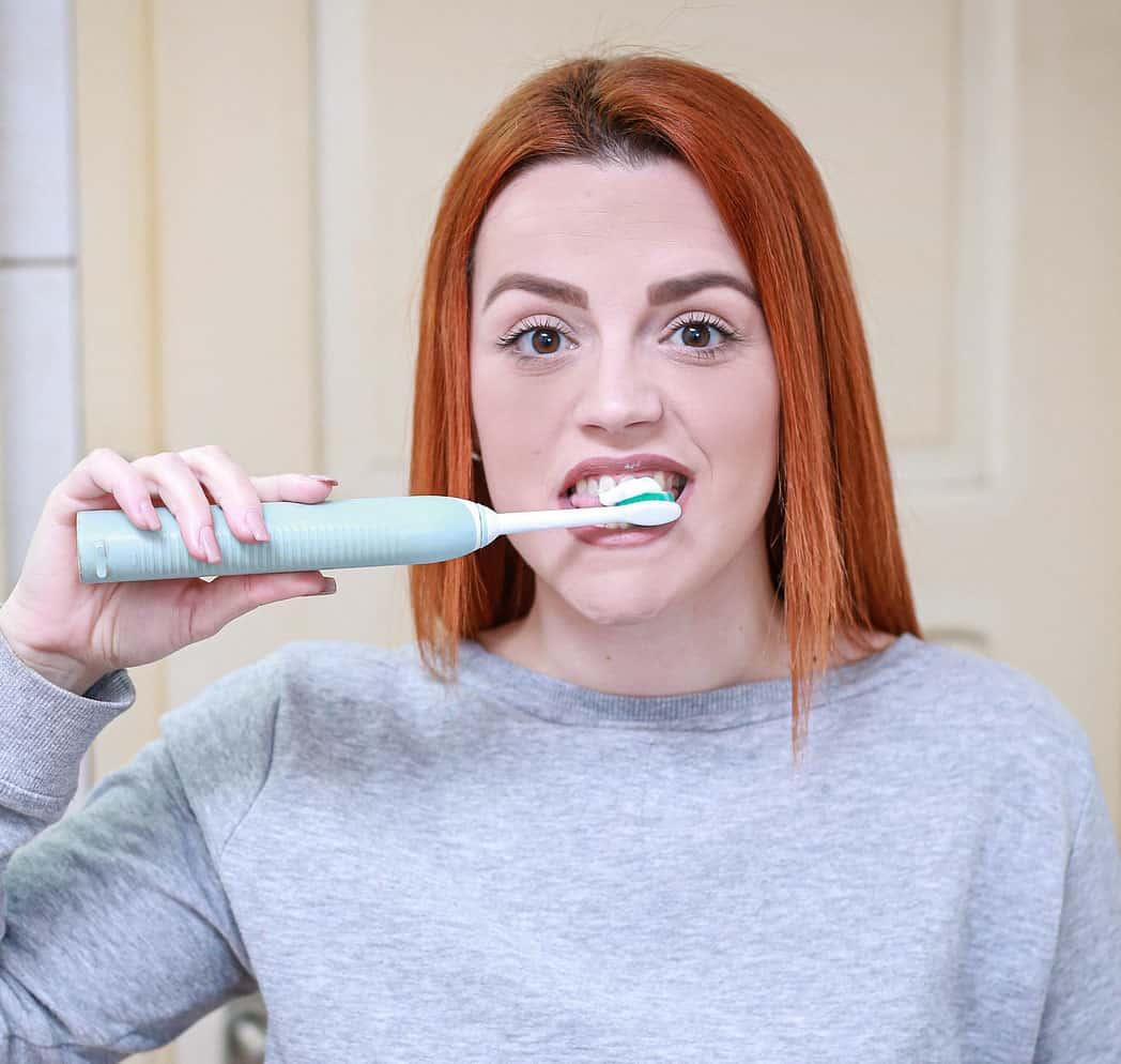 Fırça ile diş beyazlatma