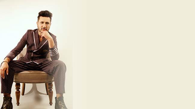 Berru Tural Gülşen'den sonra ilk defa erkek olarak pijamaları ile objektifin karşısına geçti
